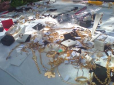 Eles furtaram 400 reais em dinheiro e 45 mil em jóias